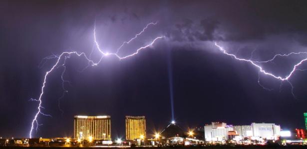 7jul2014---uma-tempestade-eletrica-e-vista-sobre-o-mandalay-bay-resorts-e-sobre-o-hotel-e-cassino-luxor-em-las-vegas-no-estado-americano-de-nevada-no-dia-7-de-julho-1406235338975_615x300